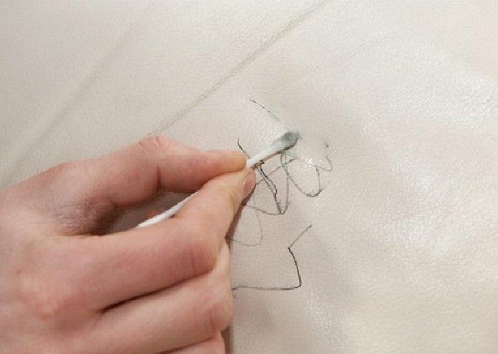 Cách làm sạch sofa da khi bị dính vết mực